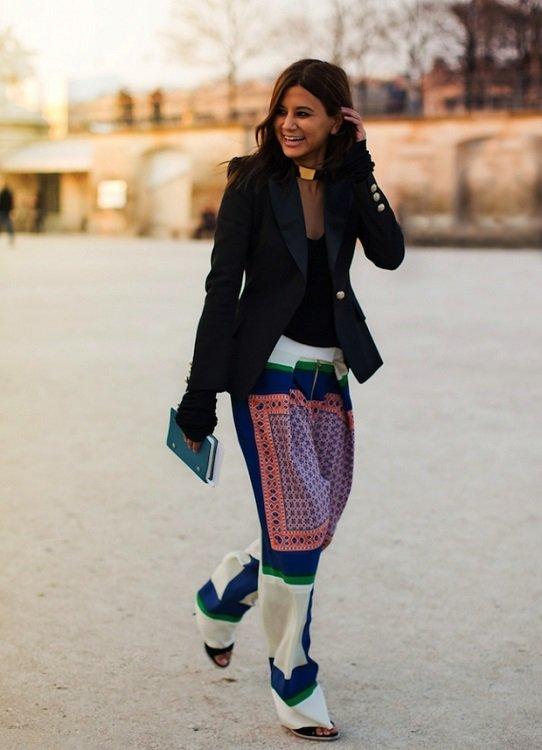 девушка в пижамных брюках и пиджаке