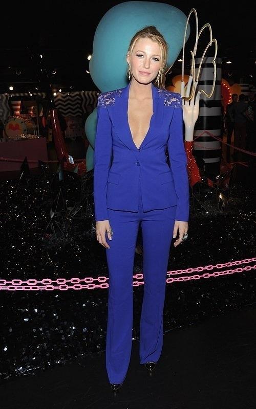 Блейк Лайвли в синем костюме