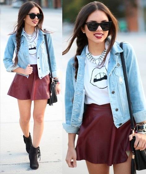 Девуша в кожаной юбке-солнце и джинсовой куртке