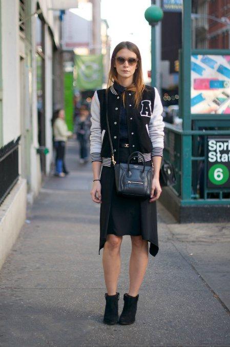 Девушка в асимметричном черном платье и бомбере