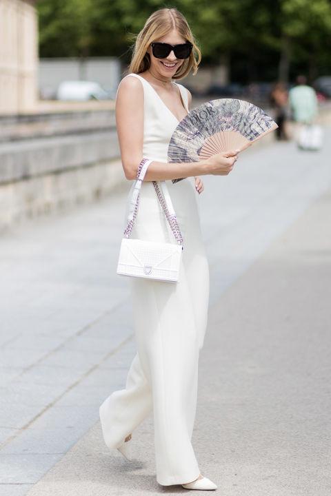 Девушка в белом комбинезоне и лодочках