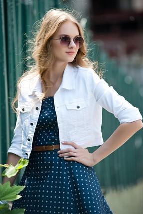Девушка в белой джинсовке