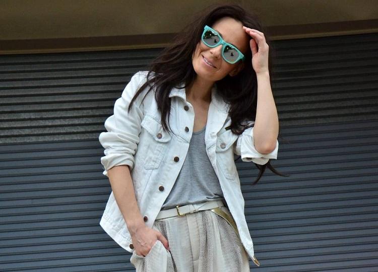 Девушка в белой джинсовой куртке