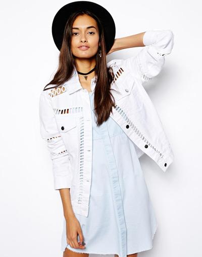 Девушка в белой перфорированной джинсовке