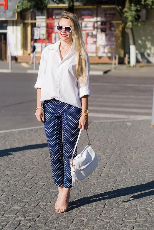 Девушка в белой рубашке и брюках в горох