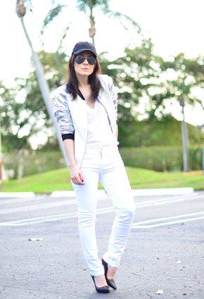 Девушка в белых брюках и бомберах