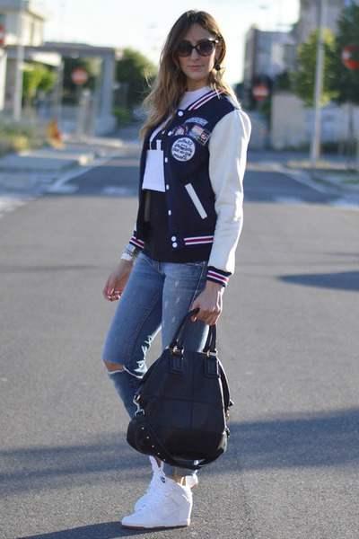 Девушка в белых марантах, рваных джинсах и бомбере