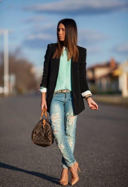 Девушка в бежевых лодочках, рваных джинсах и черном пиджаке