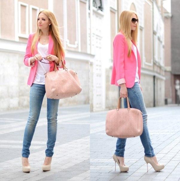 Девушка в бежевых туфлях и розовом пиджаке