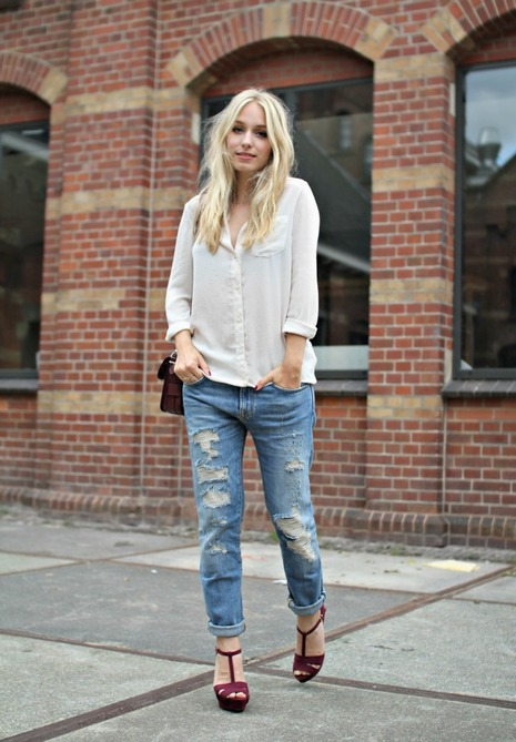 Девушка в бордовых босоножках, рваных джинсах и светлой рубашке