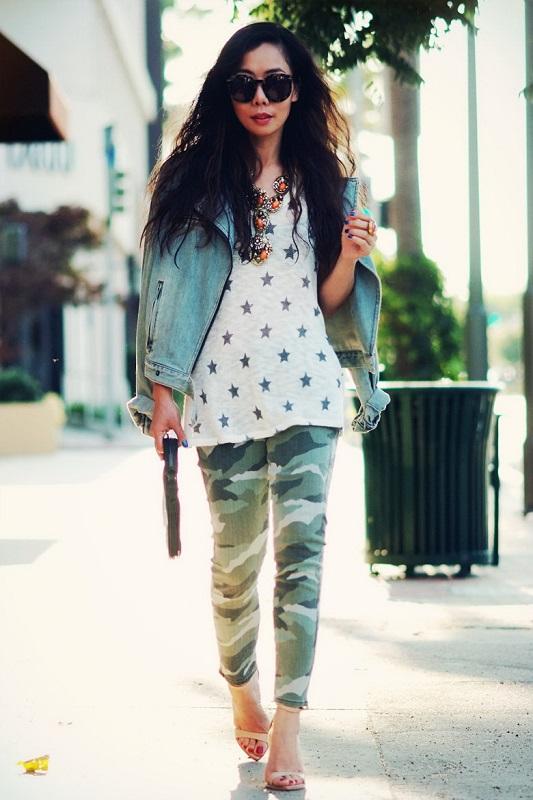Девушка в брюках хаки и джинсовой куртке