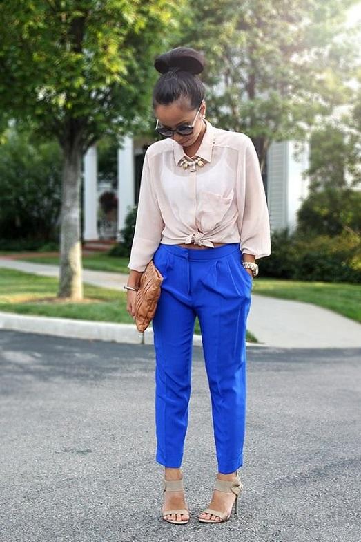 Девушка в брюках и бежевой блузке
