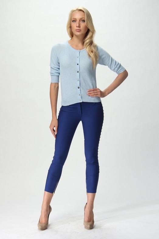 Девушка в брюках и голубом кардигане