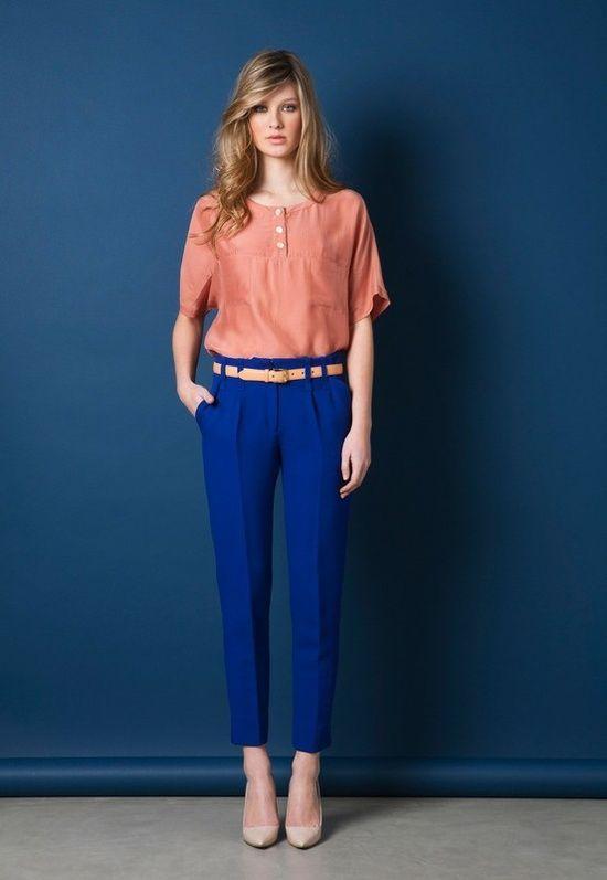 Девушка в брюках и персиковой кофте