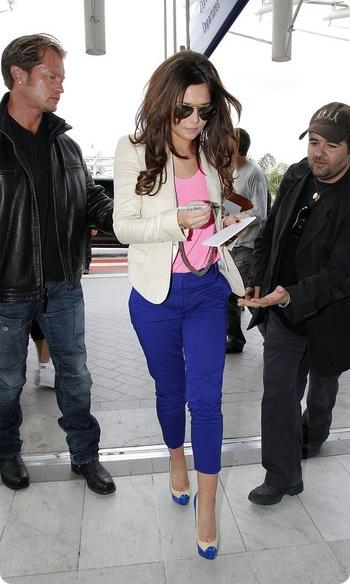 Девушка в брюках и розовом топе