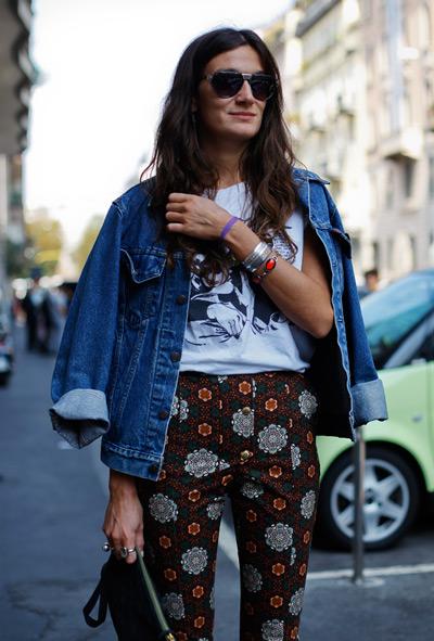 Девушка в брюках с принтом и джинсовой куртке