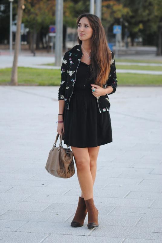 Девушка в черном платье и бомбере