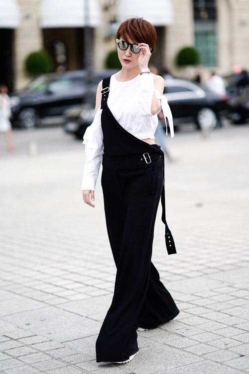Девушка в черном широком комбинезоне и белой блузе