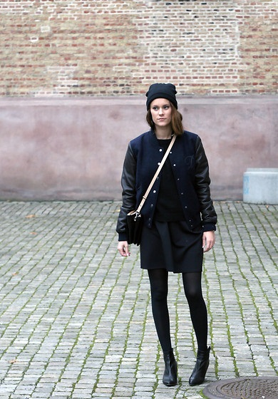 Девушка в черной юбке и бомбере