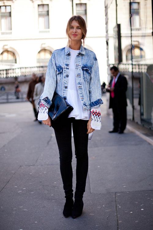 Девушка в черных брюках и белой рубахе