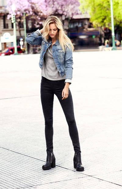Девушка в черных брюках и джинсовой куртке