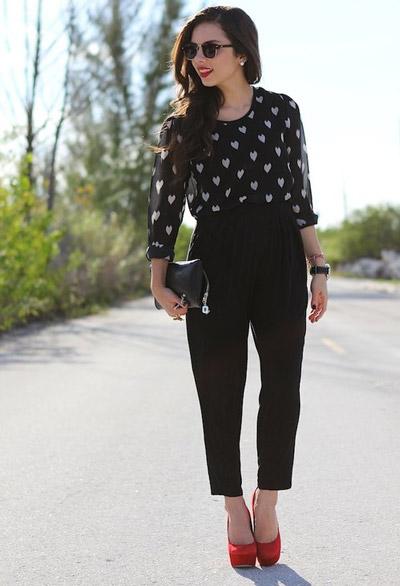 Девушка в черных брюках и красных туфлях