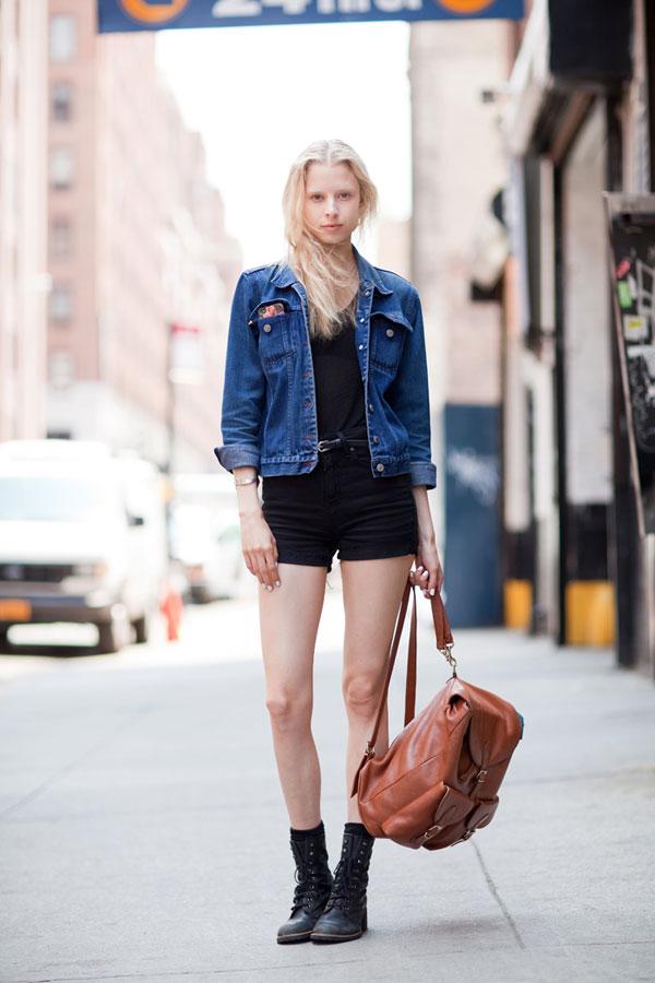 Девушка в черных шортах и джинсовой куртке
