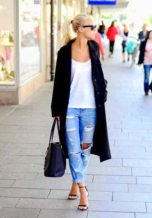 Девушка в длинном кардигане, рваных джинсах и черных босоножках