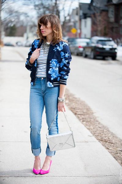Девушка в джинсах и бомбере