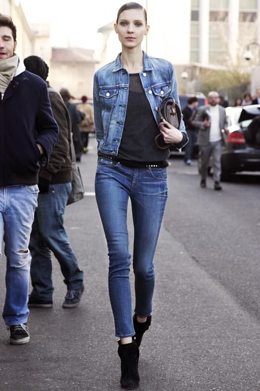 Девушка в джинсах и джинсовке и джинсовой куртке