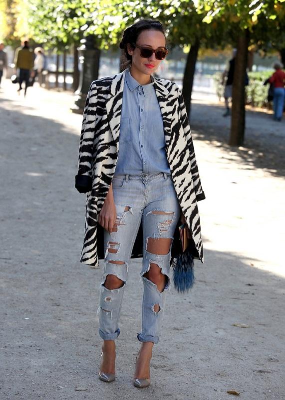 Девушка в рваных джинсах, джинсовой рубашке и серых лодочках