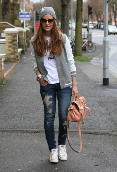 Девушка в джинсах, кедах и бомбере