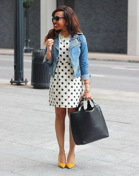 Девушка в джинсовке и платье в горох и джинсовой куртке