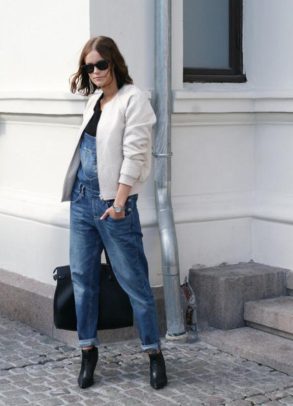 Девушка в джинсовом комбинезоне и бомбере