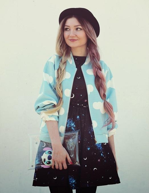 Девушка в голубом бомбере в горох