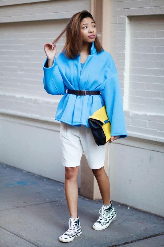 Девушка в голубой куртке и белых бермудах