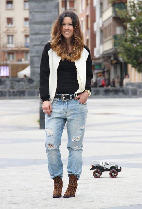 Девушка в голубых джинсах и бомбере