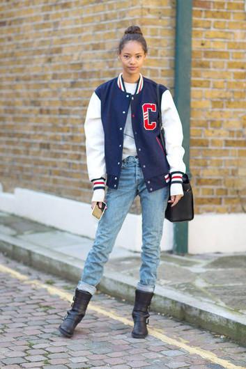 Девушка в голубых джинсах и классическом бомбере