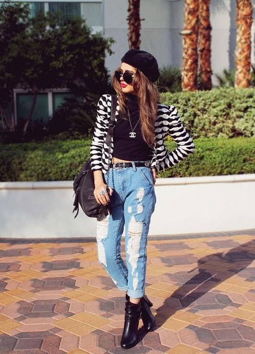 Девушка в голубых рваных джинсах, жакете и черных ботильонах