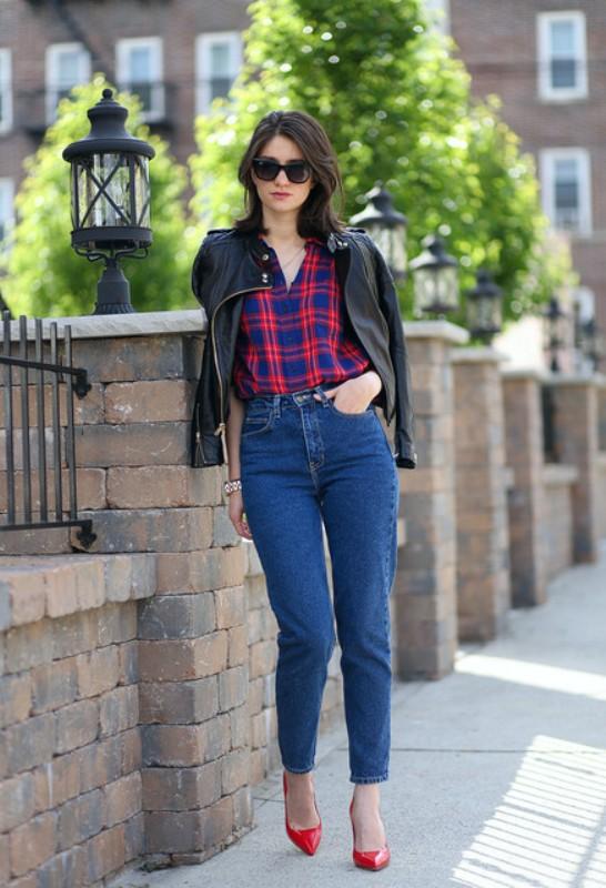 Девушка в клетчатой рубашке и джинсах
