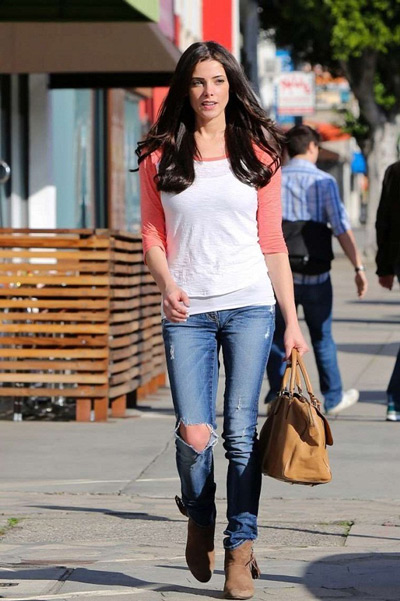 Эшли Грин в коричневых ботильонах, рваных джинсах и лонгсливе