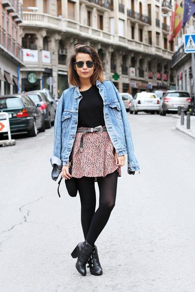 Девушка в короткой юбке и джинсовке и джинсовой куртке