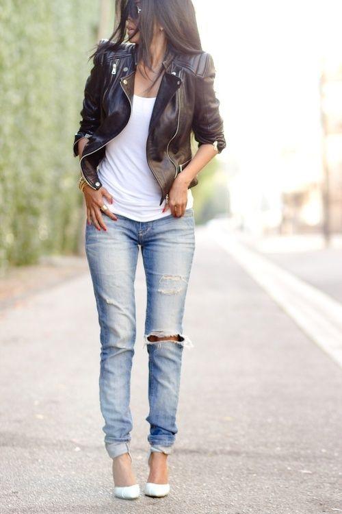 Девушка в косухе, рваных джинсах и белых туфлях