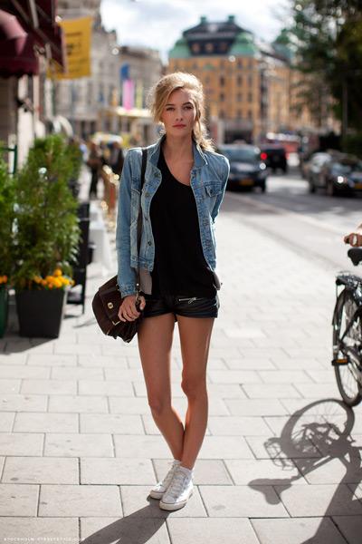 Девушка в кожаных шортах и джинсовой куртке