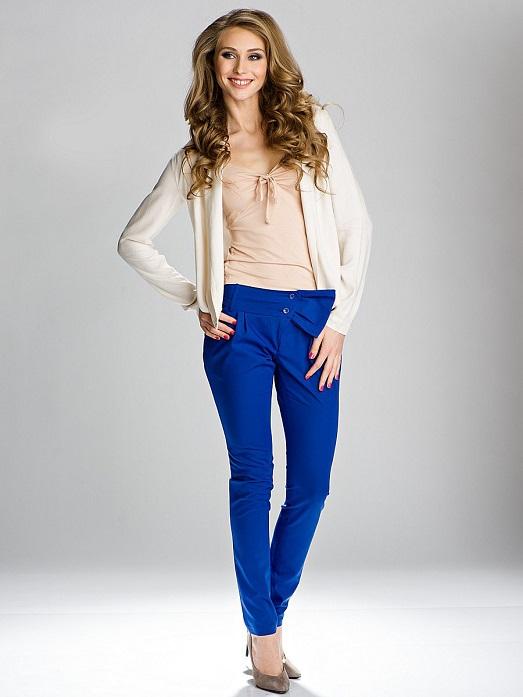 Девушка в кремовой блузке и синих брюках