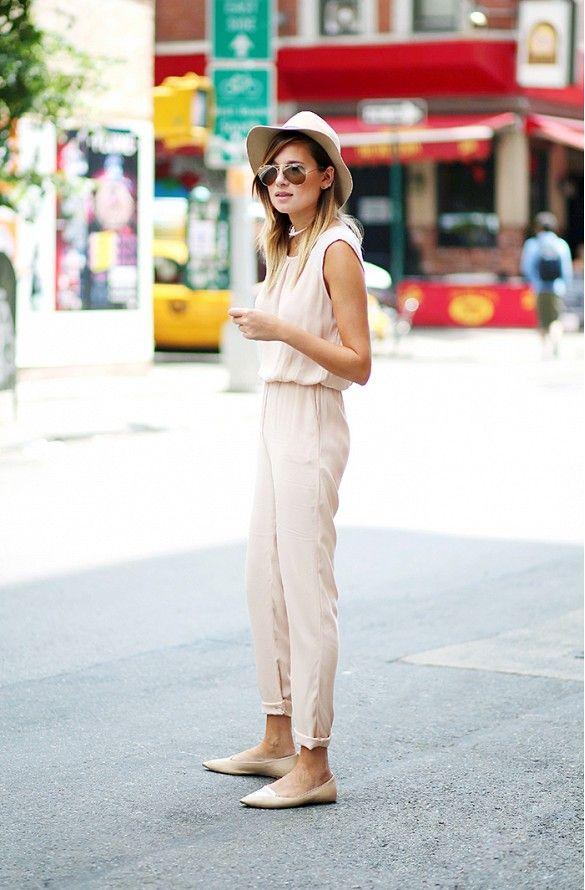 Девушка в легком летнем комбинезоне с подвернутыми штанинами