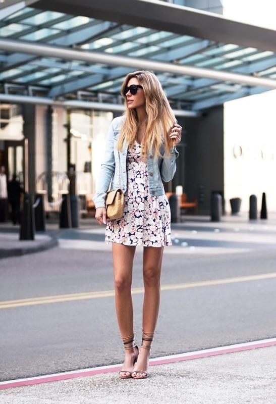 Девушка в легком сарафане с цветами и джинсовой куртке