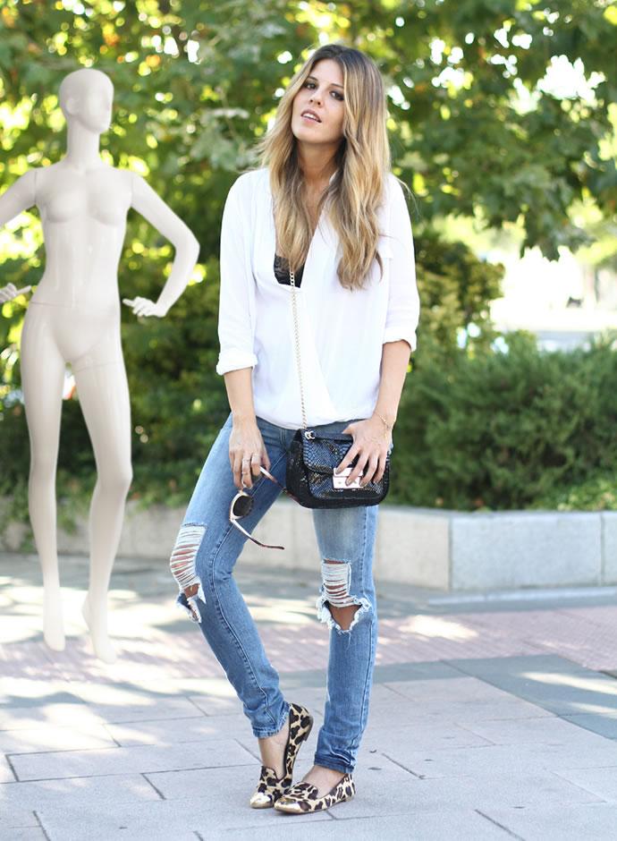 Девушка в леопардовых балетках, рваных джинсах и белой блузе