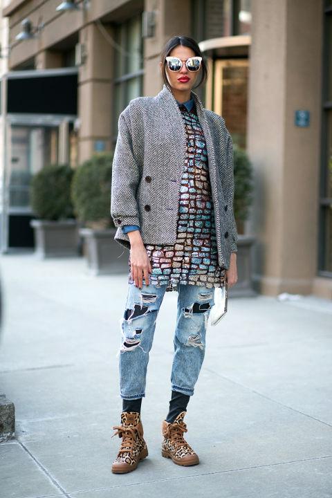 Девушка в леопардовых кроссовках, рваных джинсах и полупальто
