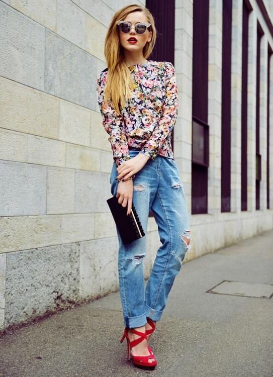 Девушка в малиновых босоножках на каблуке, рваных джинсах и цветочной блузе